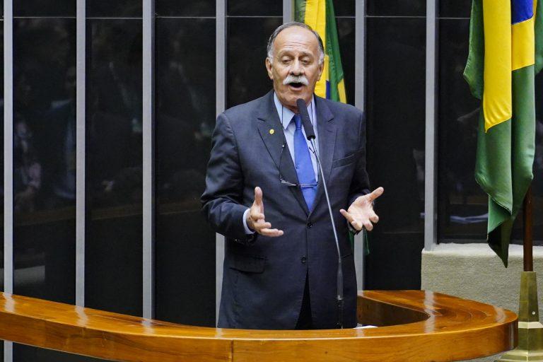 Deputado Paulo Ramos discursa no púlpito