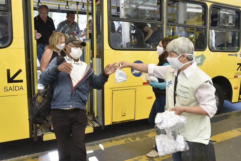 Saúde - doenças - coronavírus Covid-19 pandemia prevenção contágio contaminação (agentes comunitários de saúde distribuem máscaras em Jundiaí-SP)