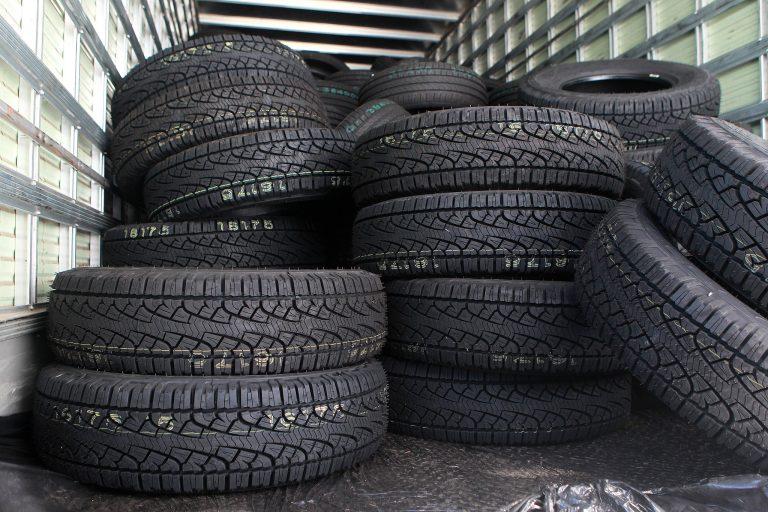 Pilha de pneus de automóveis