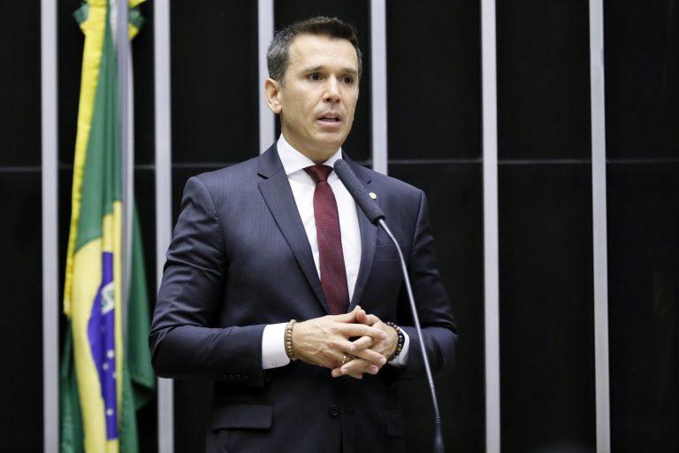 deputado Felipe Carreras discursa no plenário
