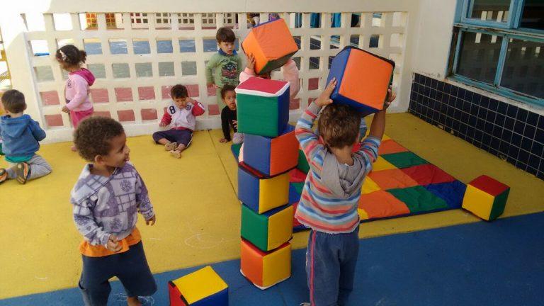crianças brincam em creche