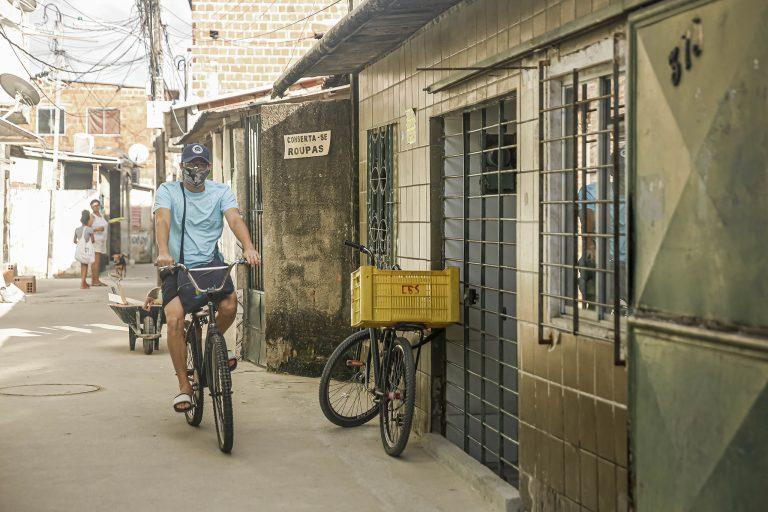 Saúde - coronavírus - periferias máscaras prevenção contágio contaminação bicicletas Covid-19 pandemia distanciamento quarentena (comunidade do Entra Apulso, Recife-PE)
