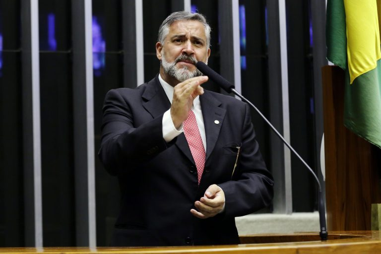 Deputado Paulo Pimenta está em pé discursando no Plenário da Câmara