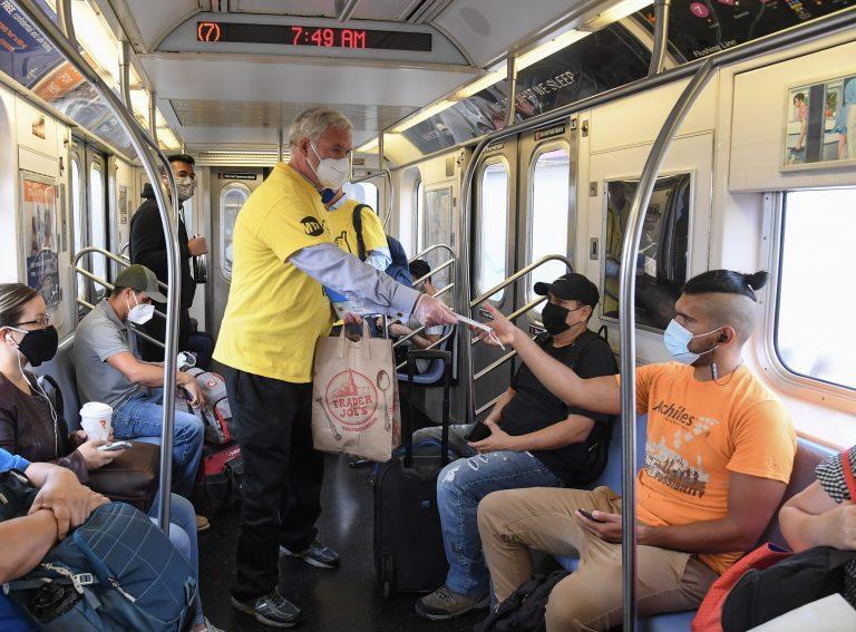 Saúde - coronavírus - Funcionários distribuem máscaras em estação do metrô, em Nova Iorque