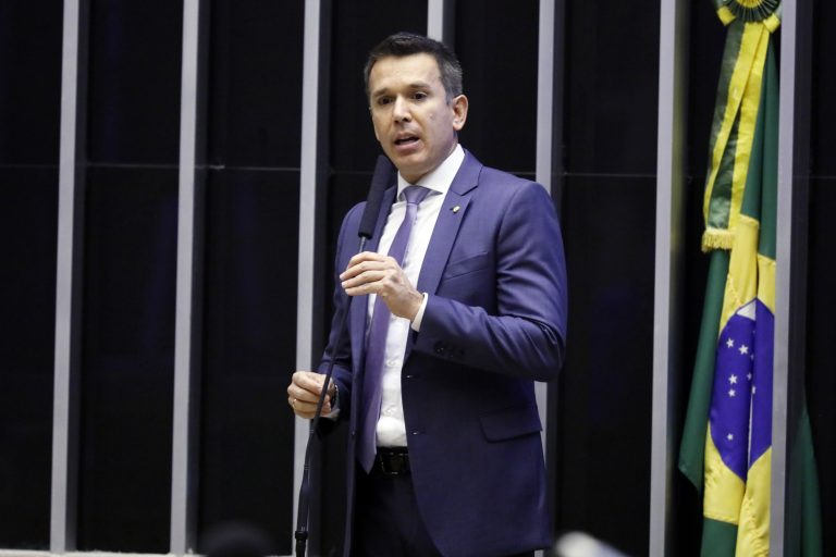 Deputado Felipe Carreras discursa no púlpito
