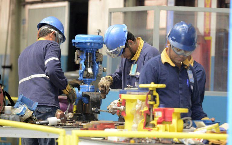 Operários trabalham numa fábrica