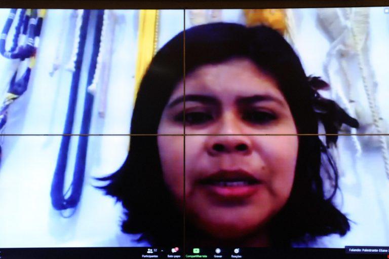 A índia Eliane Xunakalo participa de videoconferência