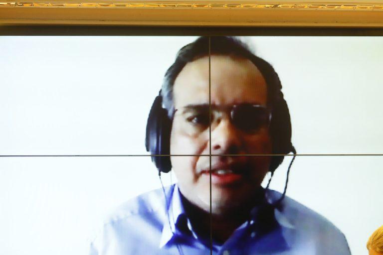 Presidente de uma ONG ambiental participa de videoconferência. Ele está com fone e falando para a tela do computador