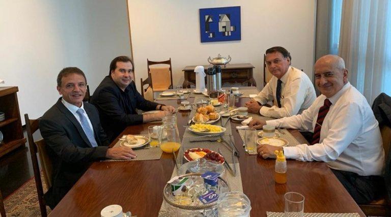 Rodrigo Maia em mesa de café da manhã com Bolsonaro