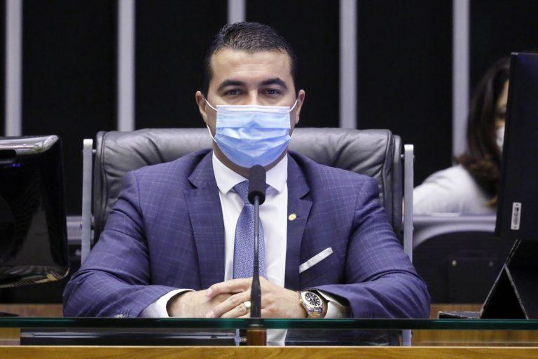 Deputado Luis Miranda está sentado, de máscara, presidindo sessão no Plenário da Câmara