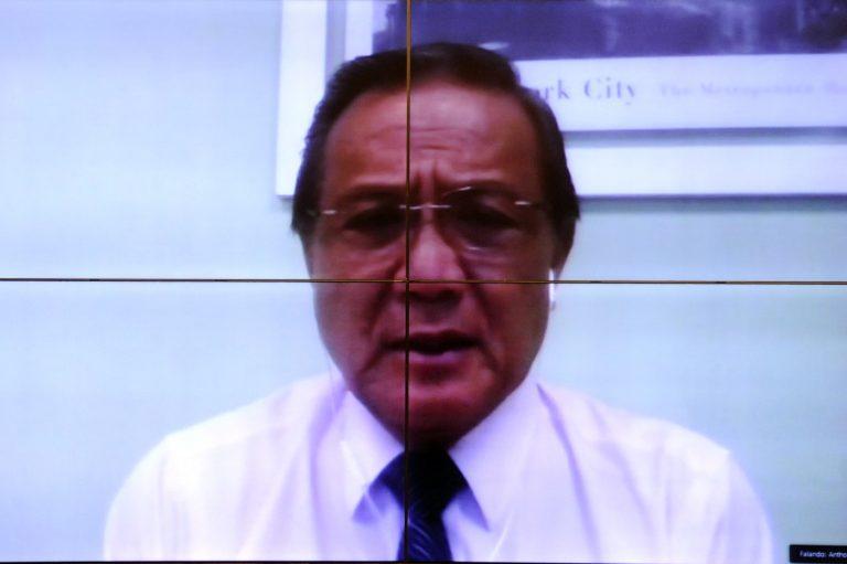 Médico Anthony Wong fala para o computador durante videoconferência