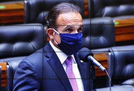 Dep. Hugo Leal (PSD - RJ) fala no Plenário, usando máscara