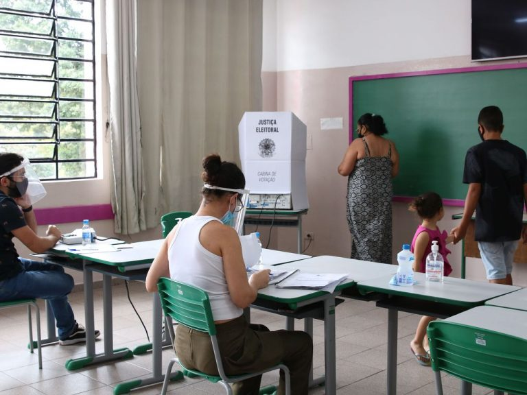 Eleitora se dirige para cabina de votação