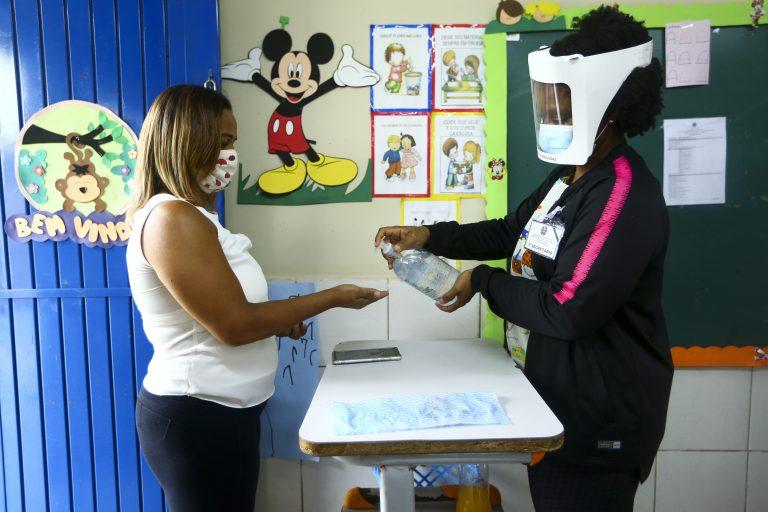 Eleitores votam com medidas de precaução contra o coronavírus