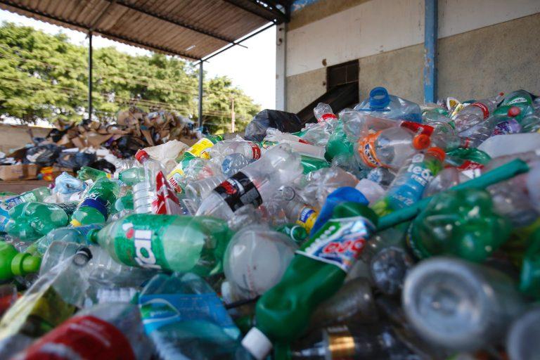 Lixo plástico em galpão