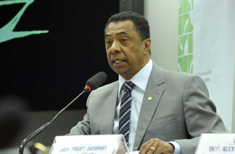 Deputado Damião Feliciano discursa em evento