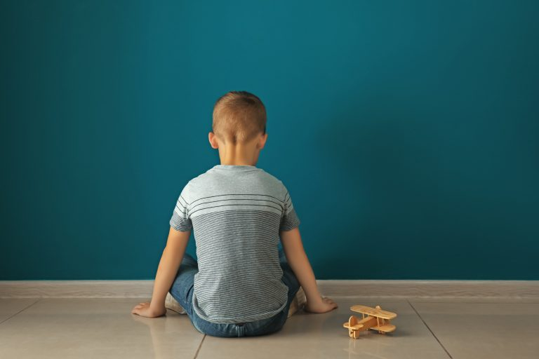 Criança de costas para a parede - violência - autismo - autista - bullying - timidez