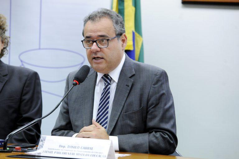 O Deputado Danilo Cabral participa de debate