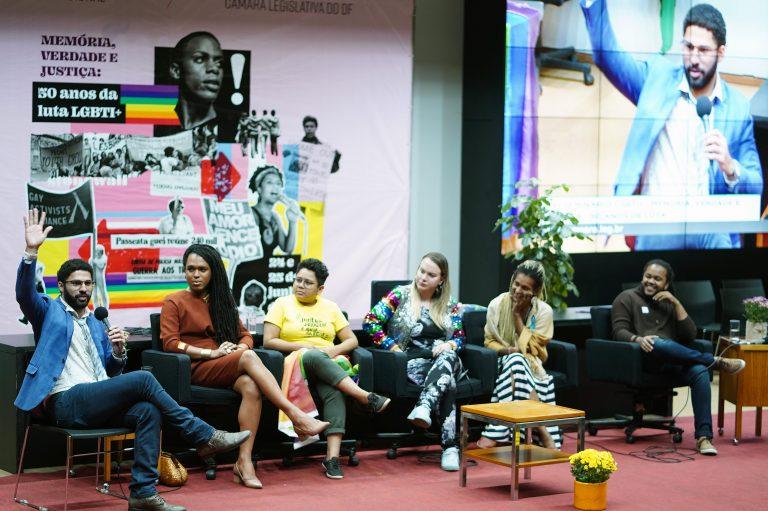 Seis debatedores no palco do 16º Seminário LGBTI+
