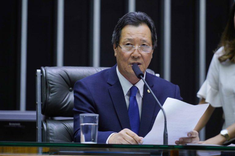 Dep. Luiz Nishimori (PL-PR) na mesa do Plenário