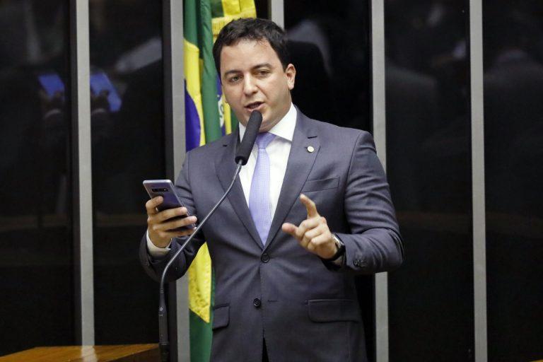 Deputado Célio Studart discursa no Plenário da Câmara