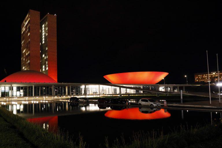 Congresso fica iluminado de vermelho em apoio à campanha de luta contra a aids