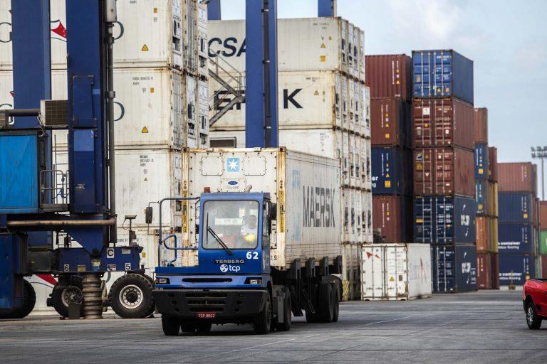 Transporte - barcos e portos - contâineres balança comercial exportações importações logística mercadorias economia produção PIB (porto de Paranaguá-PR)