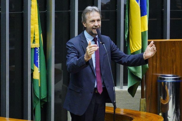 Deputado Pedro Uczai discursa no Plenário da Câmara