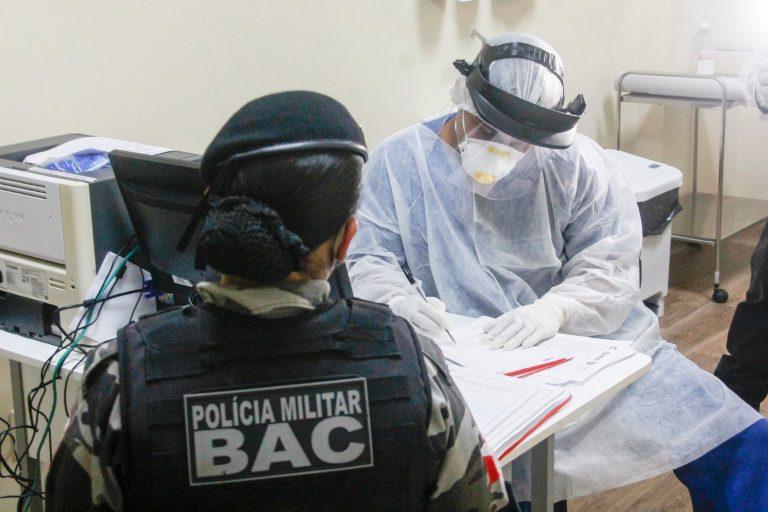 Saúde - doenças - coronavírus Covid-19 pandemia policiais transmissão contágio contaminação testes testagem diagnóstico profissionais risco consulta (Policial atendida por médico por suspeita de coronavírus)