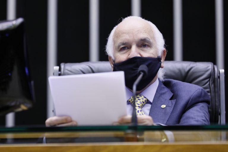 Dep. Gilberto Nascimento (PSC - SP) na mesa do Plenário, usando máscara preta