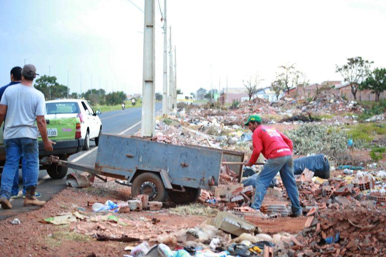 Meio Ambiente - lixo e reciclagem - descarte irregular lixo entulhos carroceiros (flagrante em Uberaba-MG)