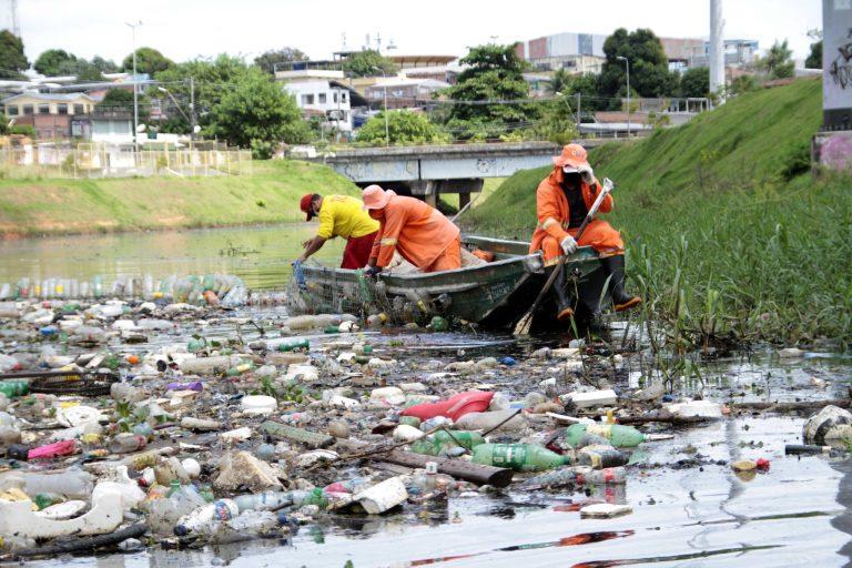 Meio Ambiente - lixo e reciclagem - água poluição resíduos sólidos contaminação descarte pets plásticos dejetos saneamento básico garis limpeza urbana (limpeza do igarapé do Franco, Manaus-AM)