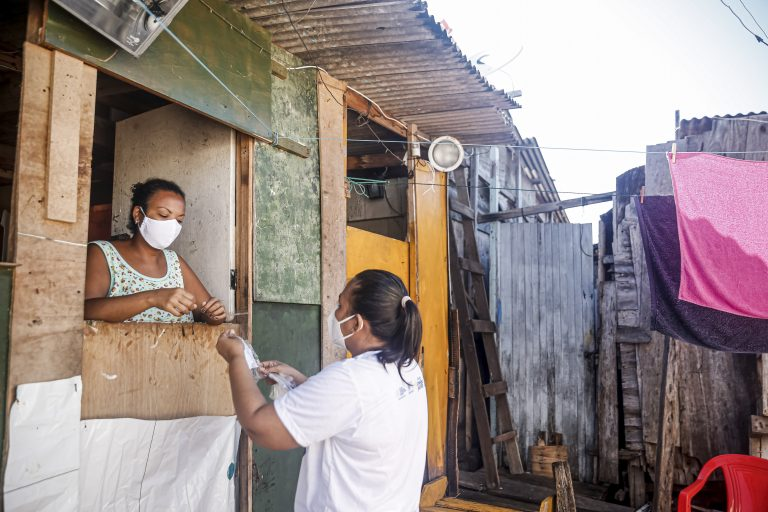 Saúde - coronavírus - agentes profissionais saúde orientação distribuição máscaras periferias favelas população prevenção contágio contaminação Covid-19 pandemia