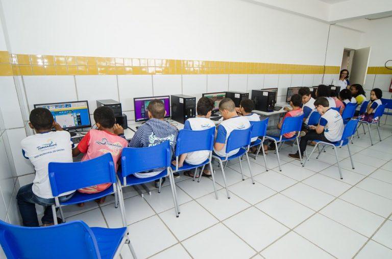 Estudantes do ensino fundamental em laboratório de informática