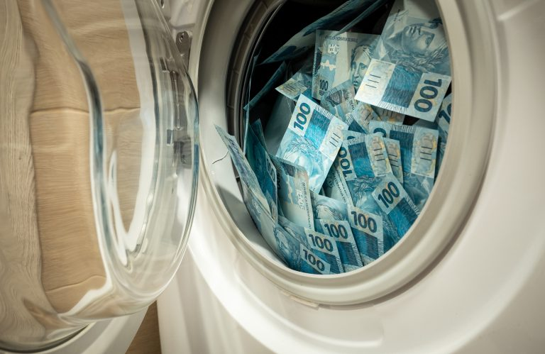 Notas de cem reais estão dentro de uma máquina de lavar roupa