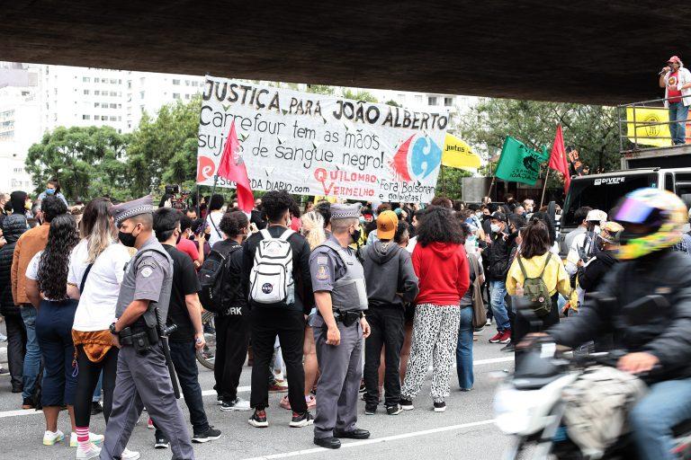 Pessoas reunidas em uma rua de São Paulo protestam contra o assassinato de João Alberto em Porto Alegre