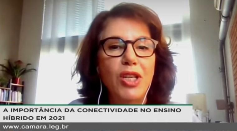 Lúcia Dellangello em debate sobre a conectividade nas escolas