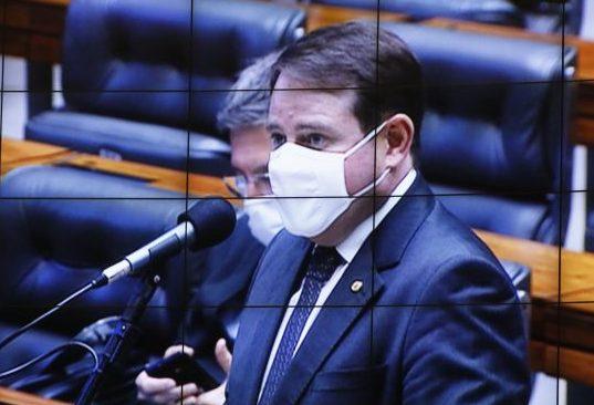 Dep. Santini (PTB - RS) nao microfone do Plenário, usando máscara