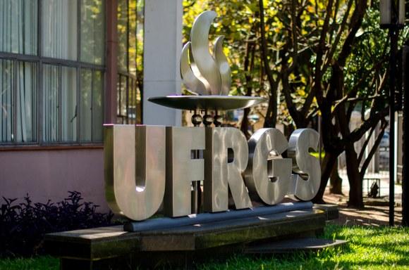Letreiro na fachada da Universidade Federal do Rio Grande do Sul (UFRGS)