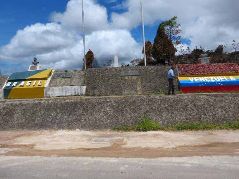 Fronteira do Brasil com a Venezuela. De um lado do muro está escrito Brasil, do outro lado está escrito Venezuela