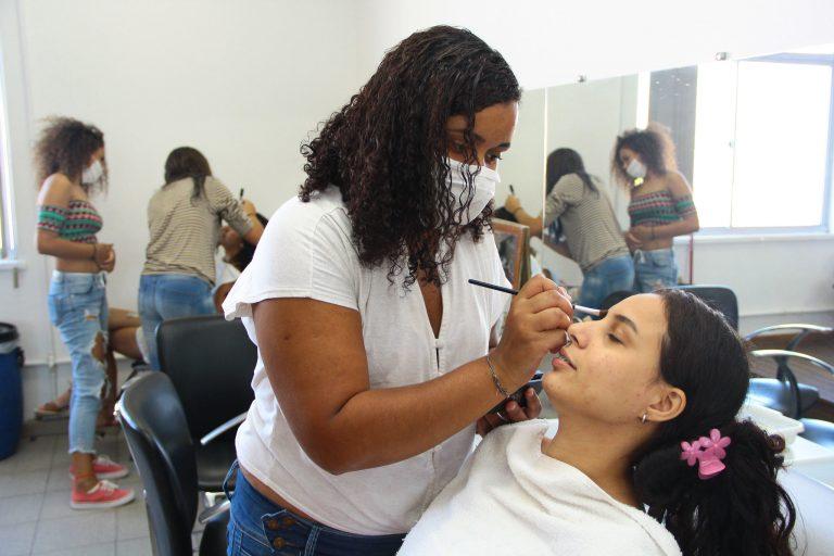 Educação - ensino profissional - cursos maquiagem vaidade feminina mulheres formação trabalhadores salão beleza