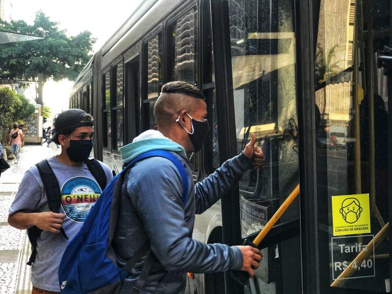 Saúde - coronavírus - máscaras passageiros ônibus transportes prevenção contágio contaminação Covid-19 pandemia (Avenida Paulista, São Paulo-SP)