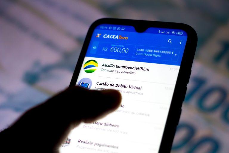Tela do auxílio emergencial mostrada em celular