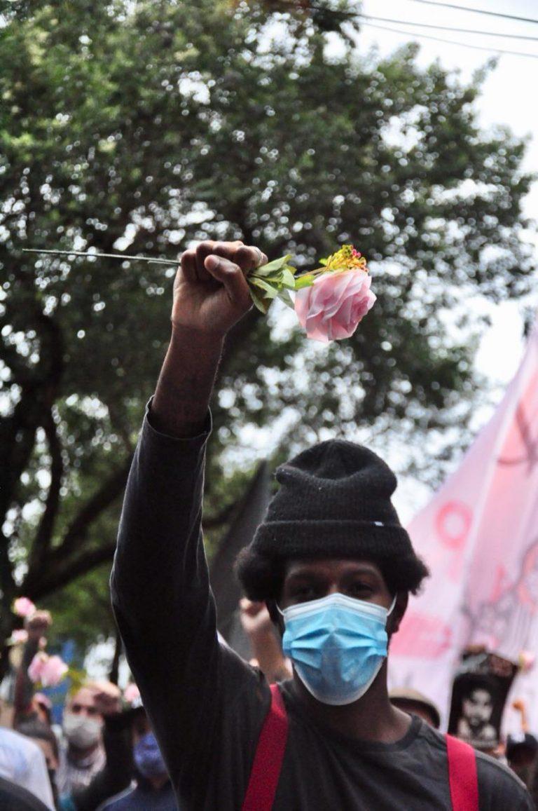 Direitos Humanos - Negros - Protestos - Multidão pelas ruas em memória do artista, skatista e MC Nego Vila, no Beco do Batman - racismo