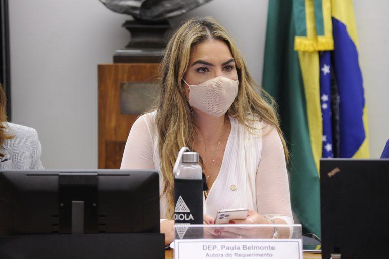 A deputada Paula Belmonte durante reunião