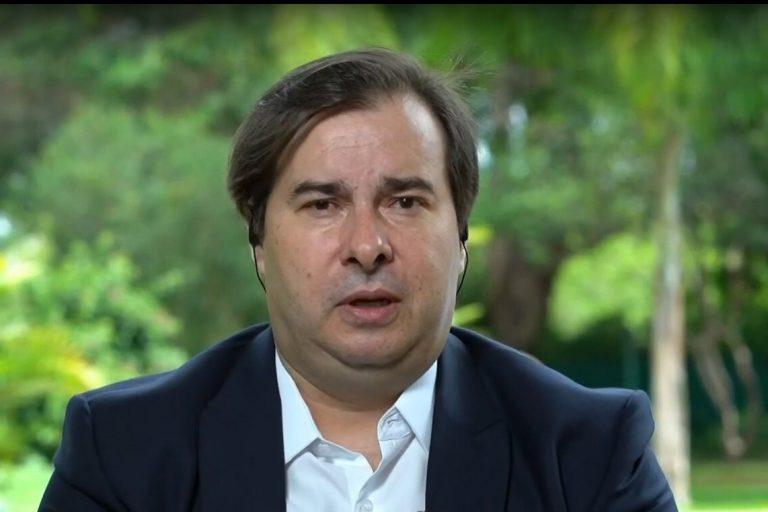 Rodrigo Maia concede entrevista no jardim da residência oficial