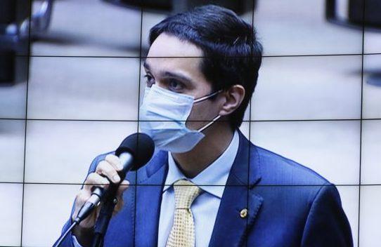 Dep. Denis Bezerra (PSB - CE) ao microfone do Plenário, usando máscara