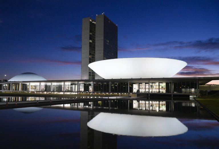 Prédio do Congresso Nacional iluminado à noite