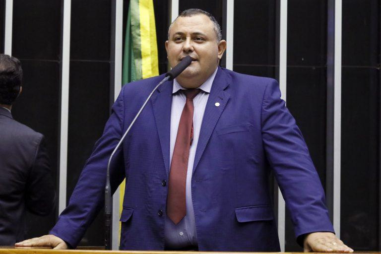 Deputado Márcio Labre está em pé falando ao microfone no Plenário da Câmara