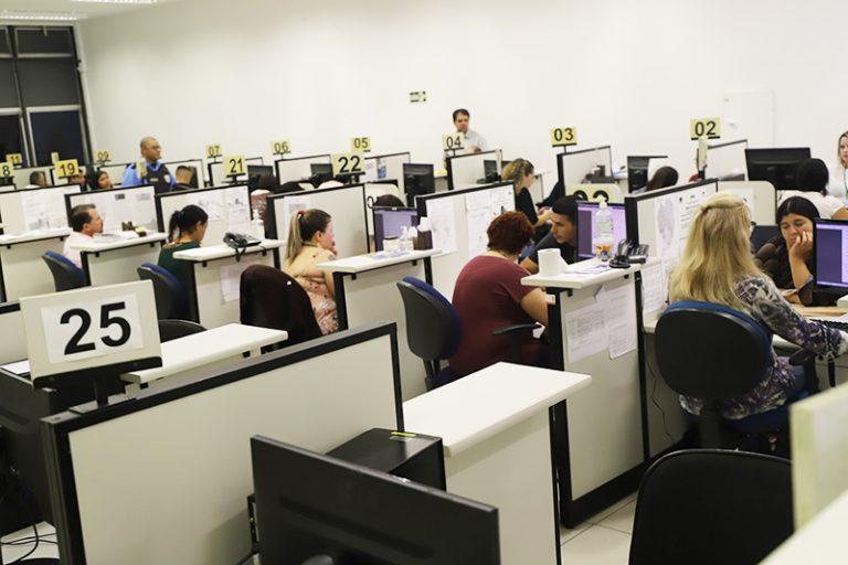 Administração Pública - geral - servidores públicos serviço público burocracia atendimento guichês (agências do trabalhador no Paraná)